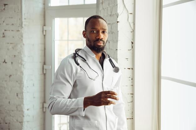 Dokter ziet er gestrest, overstuur en moe uit in zijn kantoor