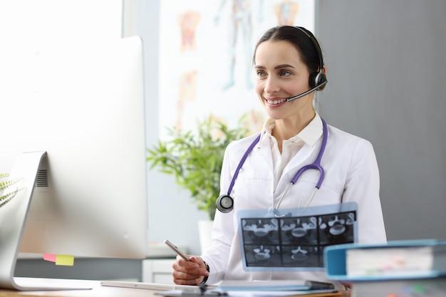 Dokterexploitant biedt close-up van medische hulp op afstand