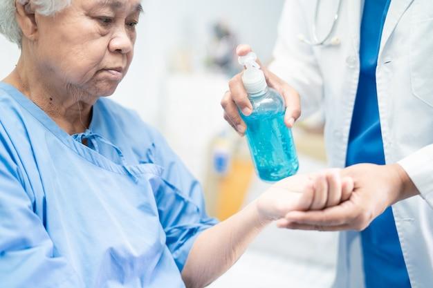 Dokterpers drukt blauwe alcohol-ontsmettingsgel op nieuw normaal na covid-19 coronavirus pandemie.