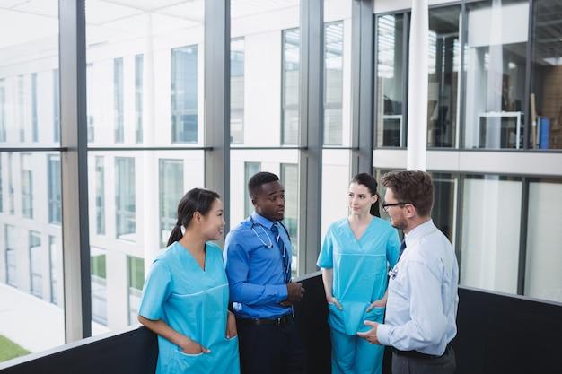 Dokters en verpleegsters communiceren met elkaar