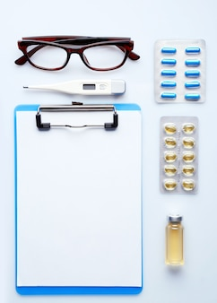 Doktertafel met medicijnen en glazen, bovenaanzicht