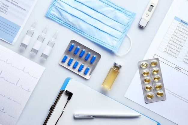 Doktertafel met medicijnen en klembord, bovenaanzicht