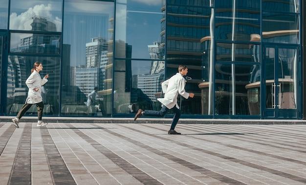 Doktoren rennen in een stadsstraat