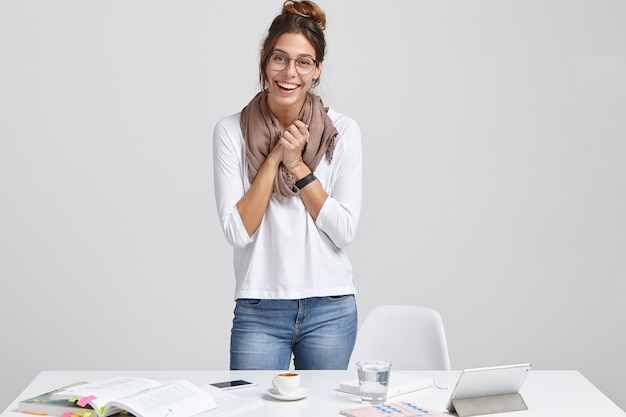 Dolgelukkige succesvolle vrouwelijke student doet alleen onderzoek