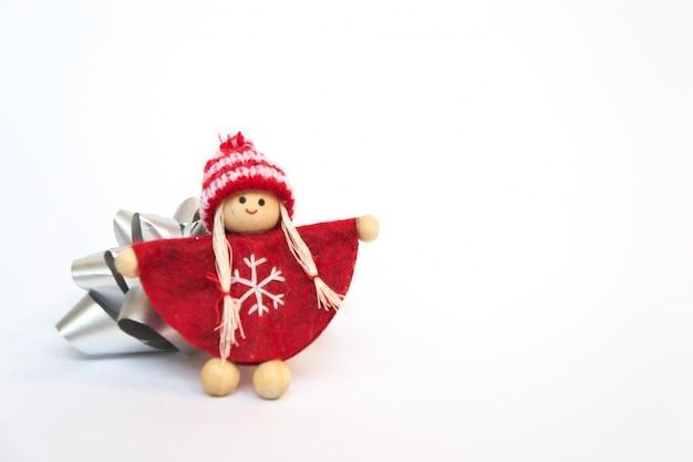 Doll in rode tuniek die een omhelzing