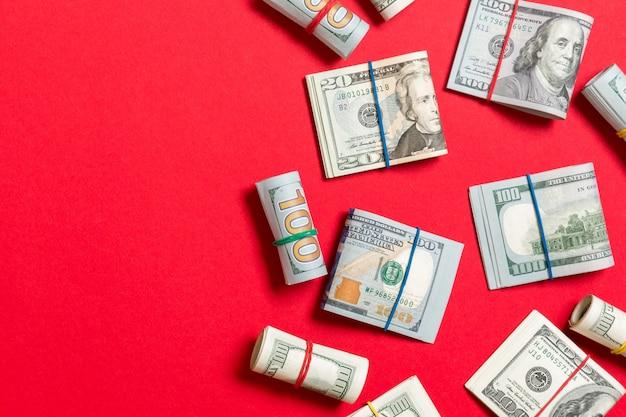 Dollar biljetten. stapel van honderd us dollar bills geld op gekleurde bovenaanzicht