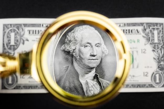 Dollar en een vergrootglas