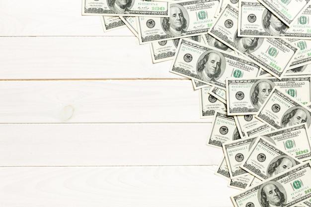 Dollar factureert a op een lichte coled achtergrond. kopie ruimte, bovenaanzicht bedrijfsconcept