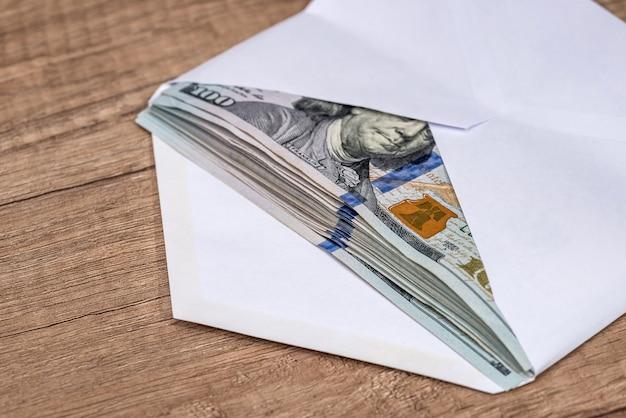 Dollar in envelop op bureau