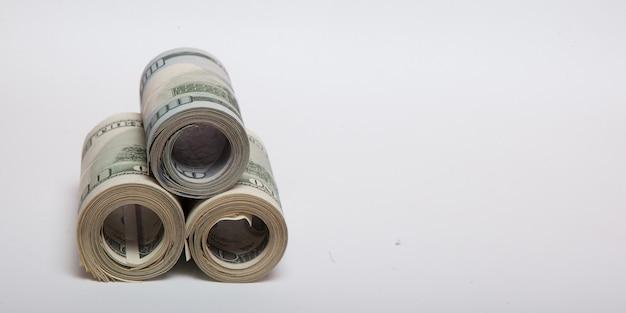 Dollar op een witte achtergrond, een stapel van honderd dollar