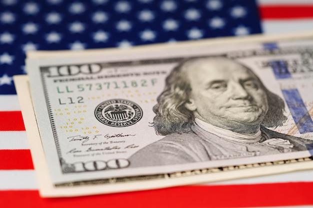 Dollarbankbiljetten op de vlag van de vs amerika.