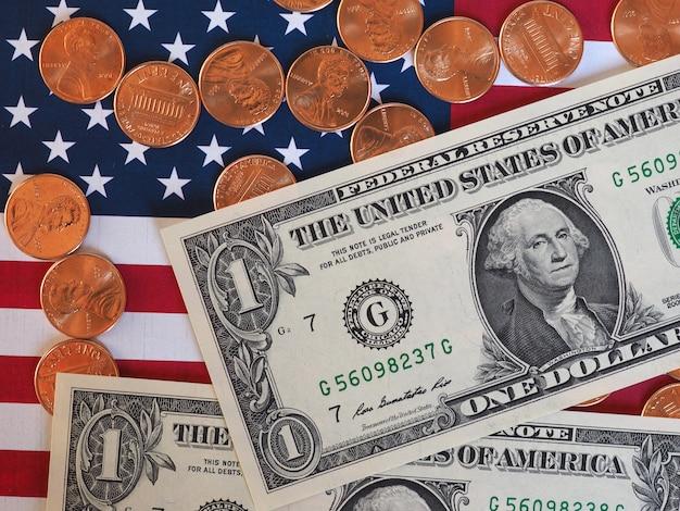Dollarbiljetten en munten en vlag van de verenigde staten