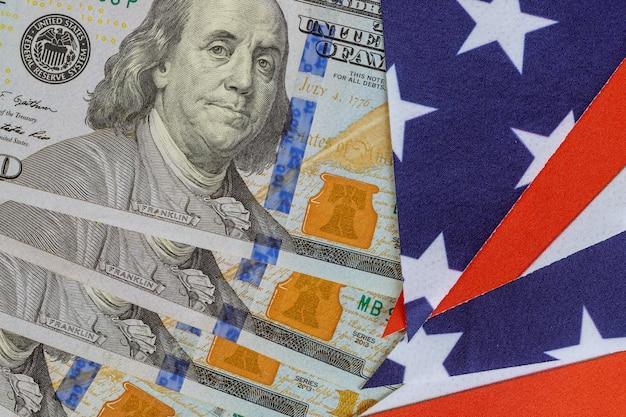 Dollarbiljetten, geldstapel en vlag van de verenigde staten