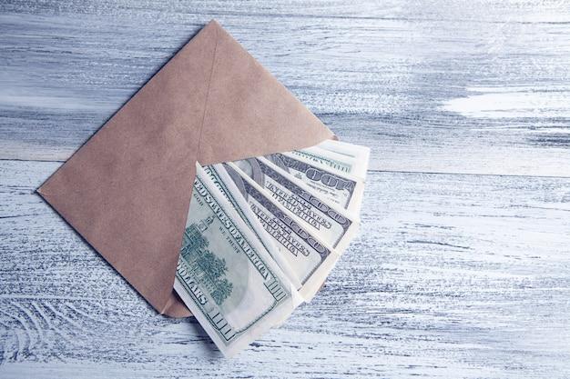 Dollarbiljetten in een envelop