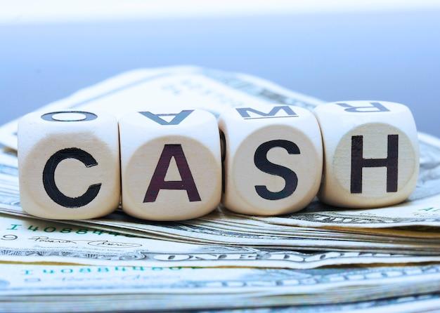 Dollarbiljetten op de tafel met het woord cash