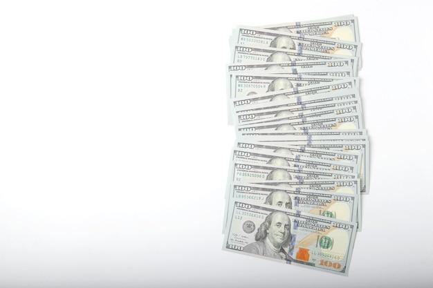 Dollarbiljetten op witte achtergrond close-up bovenaanzicht