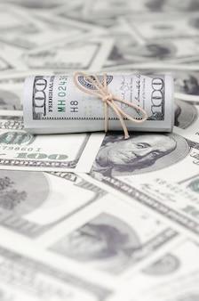 Dollarbiljetten opgerold en aangespannen met band