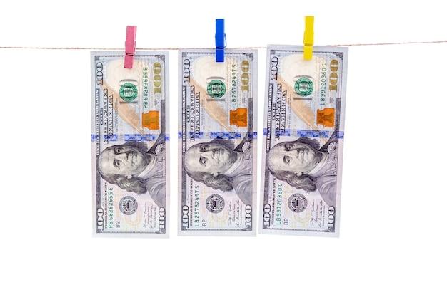 Dollarbiljetten wasgoed te drogen aan de touwen na te zijn gewassen