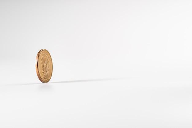 Dollarmuntstuk die op witte achtergrond, concept amerikaanse economie roteren.