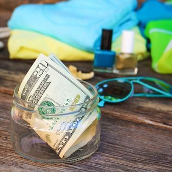 Dollars in glazen pot. concept van het verzamelen van geld voor de reis.