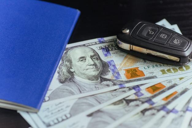 Dollars, paspoort en sleutels van de auto.