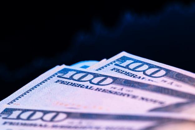 Dollars voor een monitor met een prijsgrafiek. forex en handel. detailopname.