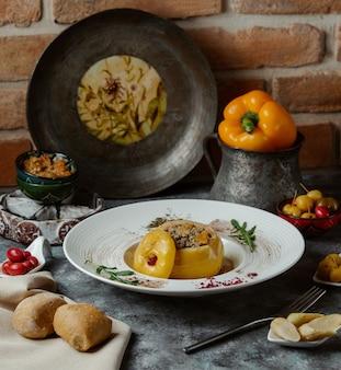 Dolma, gele paprika gevuld met vlees en groenten