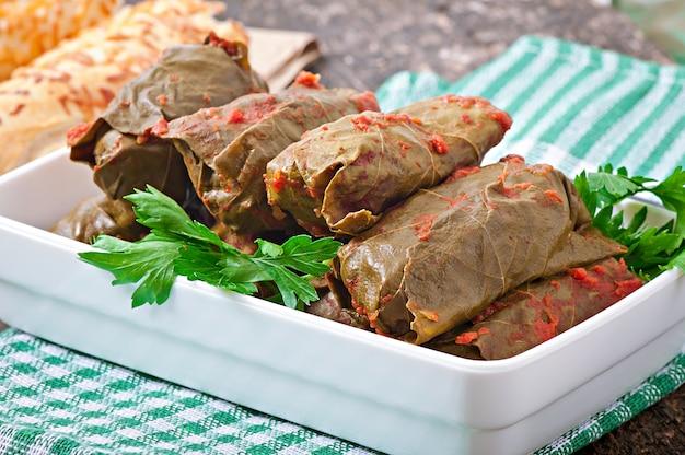 Dolma, gevulde druivenbladeren, turkse en griekse keuken