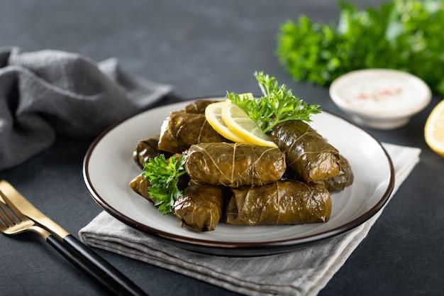 Dolma op een donkere achtergrond, traditionele kaukasische, turkse en griekse keuken