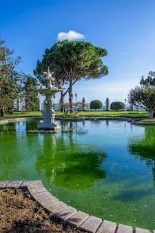 Dolmabahce palace-tuinen met veel groen, fontein en vijver met water, turkije