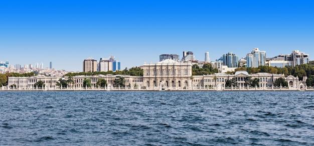 Dolmabahçepaleis in istanbul, turkije (uitzicht vanaf de bosporusstraat)