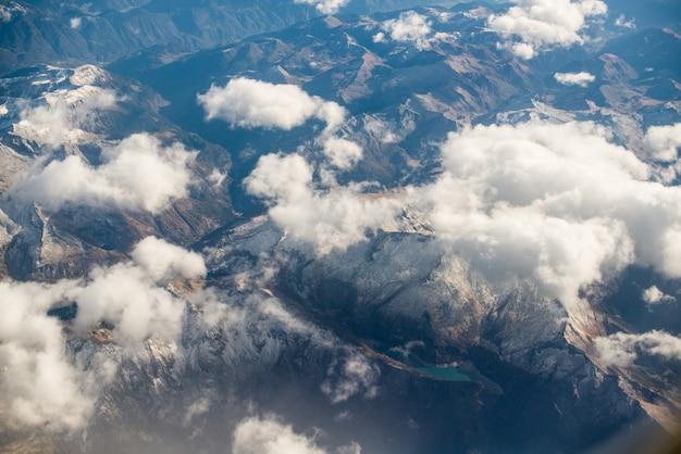 Dolomieten alpen - italië bergen onder wolken. uitzicht vanaf vliegtuig.