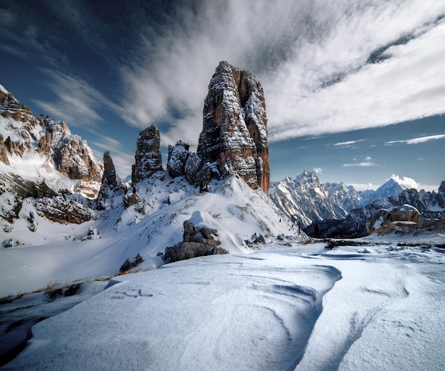 Dolomieten bedekt met de sneeuw onder het zonlicht en een bewolkte hemel in de italiaanse alpen in de winter