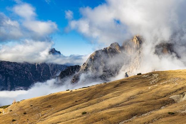 Dolomietpieken bedekt met wolken geweldig uitzicht vanaf het wandelpad tre cime di lavaredo