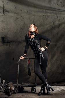 Dominante vrouw in een zwart korset