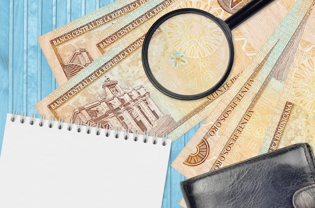Dominicaanse pesorekeningen en vergrootglas met zwarte beurs en blocnote