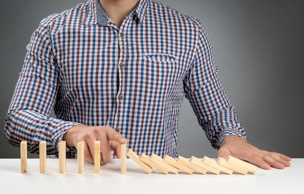 Domino-blokken met hoge hoek die eraf vallen
