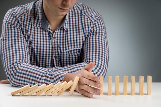 Domino-blokken vallen eraf