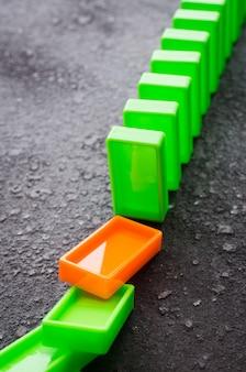 Domino effect. het concept van een zwakke schakel.