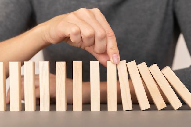 Domino gemaakt met houten stukken die de financiën vertegenwoordigen