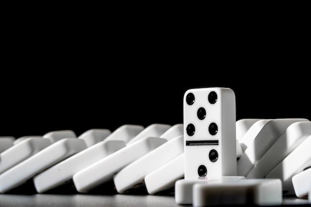 Domino's die zich op een rij op zwarte bevinden