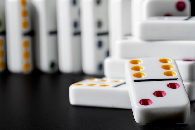Domino's staan op een rij