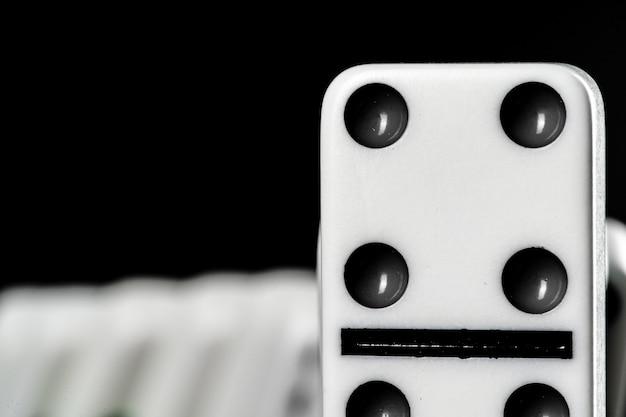 Domino-spel. domino's op een zwarte tafel