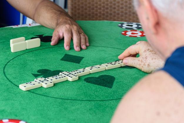 Domino-stukken gerangschikt in het midden van de tafel in een betwiste wedstrijd.