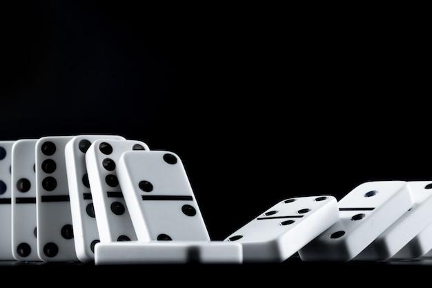 Domino-stukken op een rij gezet