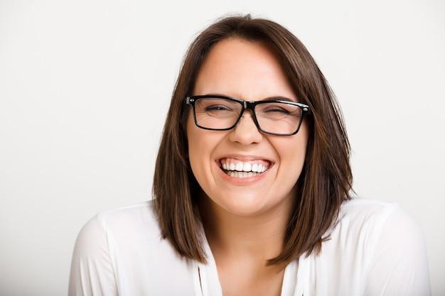 Domme leuke volwassen vrouw in glazen lachen