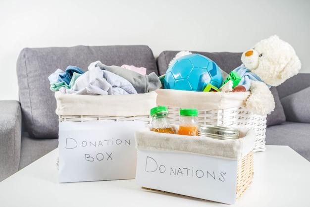 Donatie box met kleding, speelgoed en eten