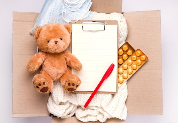 Donatie concept. in de doos, dingen, medicijnen.