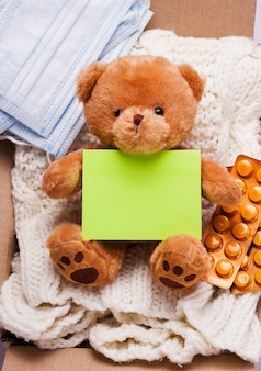 Donatie concept. in de doos, spullen, medicijnen en persoonlijke beschermingsmiddelen .. verticaal