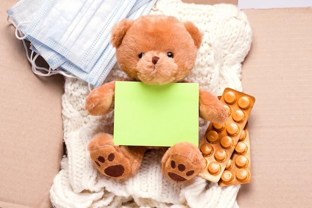 Donatie concept. in de doos, spullen, medicijnen en persoonlijke beschermingsmiddelen.